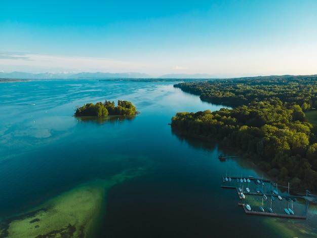 Luchtfoto van het rose island in lake starnberg