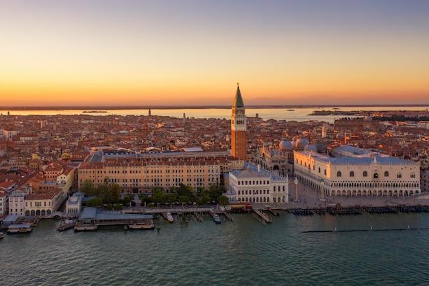 Luchtfoto van het san marcoplein in venetië tijdens een zonsondergang