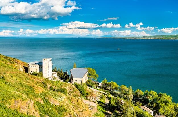 Luchtfoto van het sevan-schiereiland in het sevanmeer in armenië