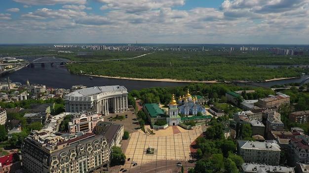 Luchtfoto van het sofia-plein en het mykhailivska-plein