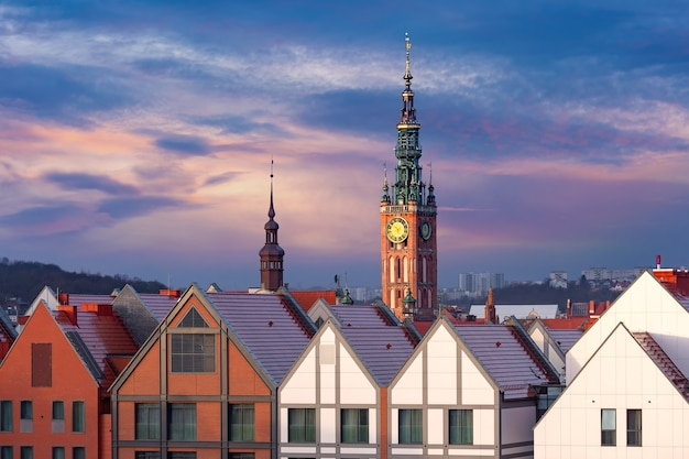 Luchtfoto van het stadhuis bij zonsondergang in de oude binnenstad van gdansk