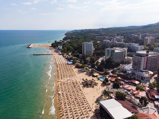 Luchtfoto van het strand en de hotels in golden sands, zlatni piasaci