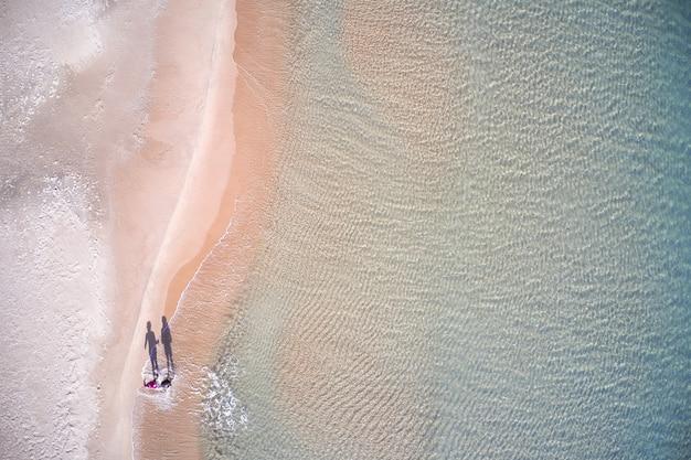 Luchtfoto van het strand gewassen door oceaangolven op een zonnige dag in xeraco, spanje