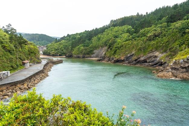 Luchtfoto van het strand in de gemeente ea in de buurt van lekeitio, golf van biskaje in de cantabrische zee. baskenland