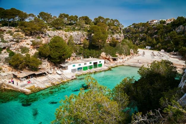 Luchtfoto van het strand van cala pi in mallorca Premium Foto