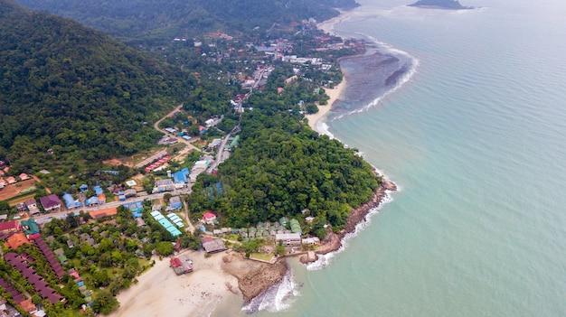 Luchtfoto van het strand van klong prao en het strand van kai bae