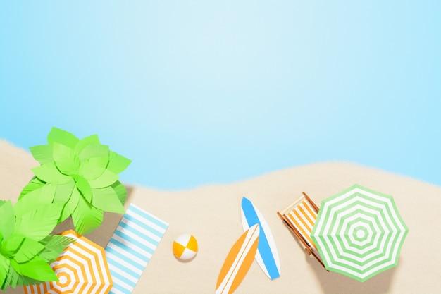 Luchtfoto van het strandresort met kopie ruimte. accessoires voor zomervakanties in het zand Premium Foto