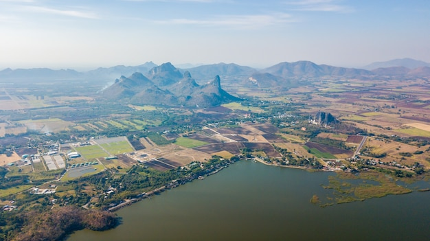 Luchtfoto van het sub lek-reservoir met berg bij nikhom sang ton eng, mueang district, lopburi, thailand