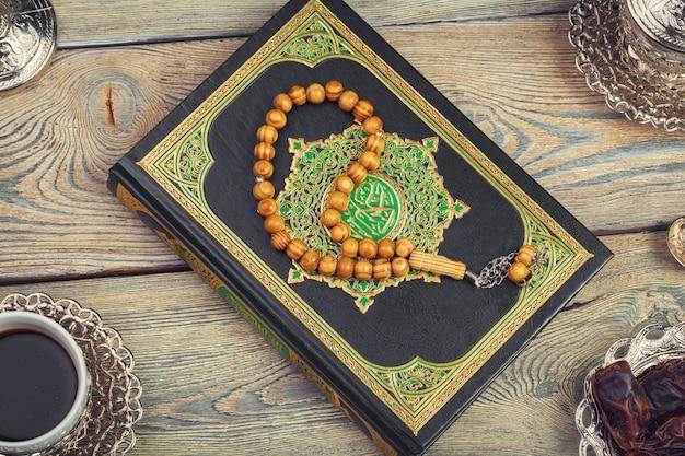 Luchtfoto van het tafelblad van decoratie ramadan kareem