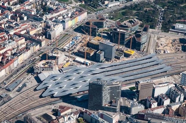 Luchtfoto van het treinstation van wenen, wenen, oostenrijk
