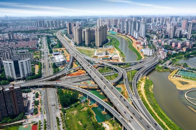 Luchtfoto van het verkeer op de straten van de stad bij daglicht. nanchang.china.