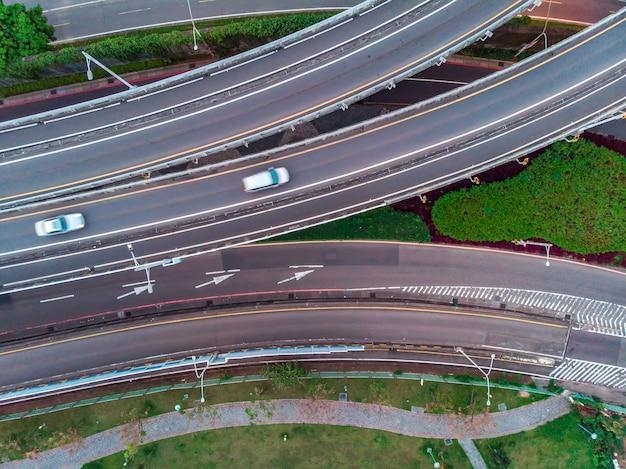 Luchtfoto van het verkeer op de weg