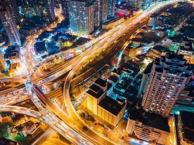 Luchtfoto van het viaduct van de stedelijke nachtscène