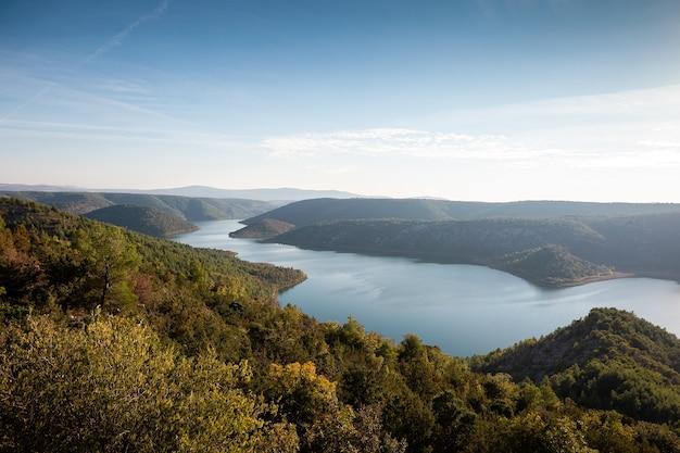 Luchtfoto van het viscovacko-meer in kroatië, omgeven door prachtige natuur
