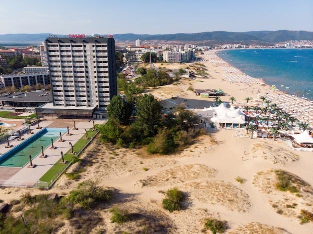 Luchtfoto van het zandstrand en de duin van sunny beach in bulgarije