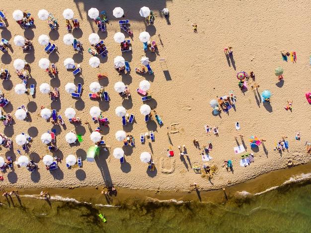 Luchtfoto van het zandstrand van sunny beach in bulgarije