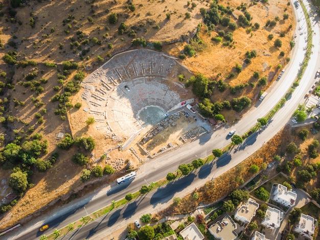 Luchtfoto van historische plaatsen theaterruïnes enorm oud theater van halicarnassus bodrum