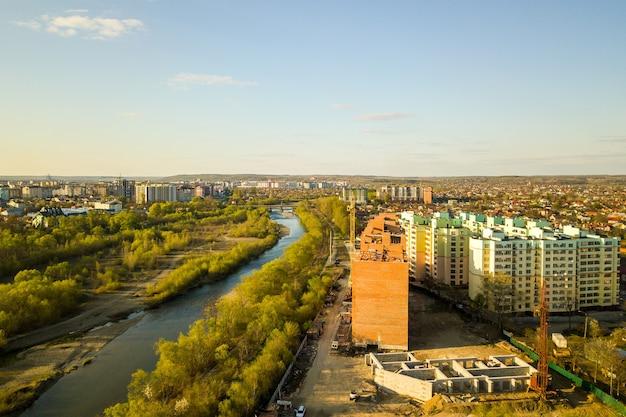 Luchtfoto van hoge residentiële appartementsgebouwen in aanbouw en bystrytsia-rivier in de stad ivano-frankivsk, oekraïne.