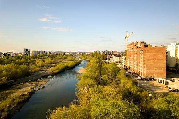 Luchtfoto van hoge residentiële appartementsgebouwen in aanbouw en bystrytsia rivier in ivano-frankivsk stad, oekraïne.