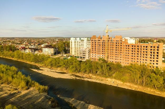 Luchtfoto van hoge residentiële appartementsgebouwen in aanbouw