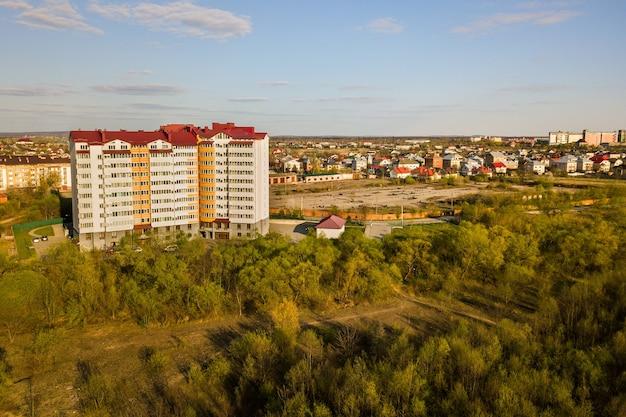 Luchtfoto van hoge residentiële flatgebouw in groene landelijke omgeving