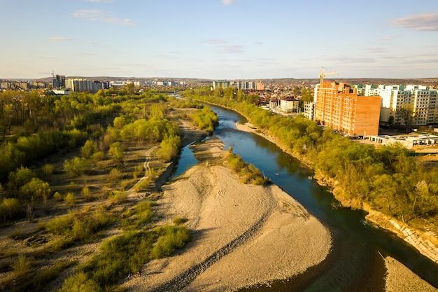 Luchtfoto van hoge residentiële flatgebouwen in aanbouw en bystrytsia rivier in ivano-frankivsk stad,