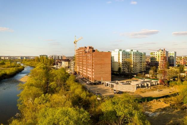Luchtfoto van hoge residentiële flatgebouwen in aanbouw