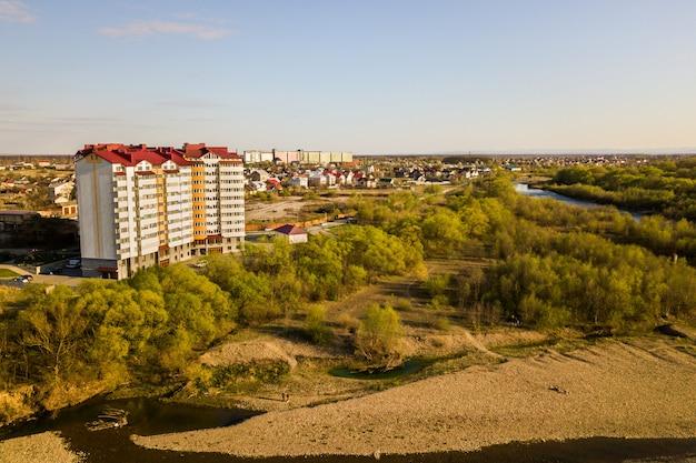 Luchtfoto van hoge woonflatgebouw in groene landelijke omgeving in ivano-frankivsk stad, oekraïne