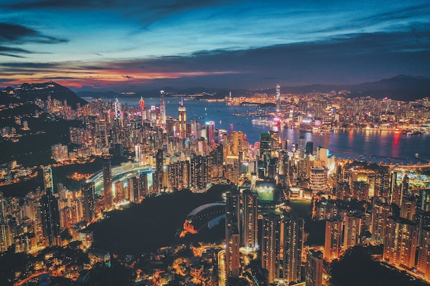 Luchtfoto van hong kong city bij zonsondergang