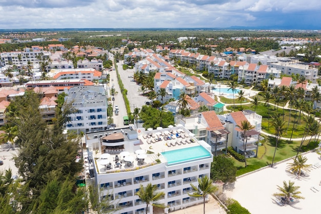 Luchtfoto van hotels en resorts in tropische stad