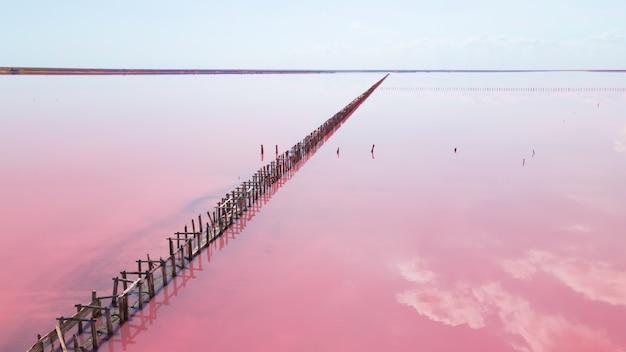 Luchtfoto van houten constructies voor het verzamelen van zout op een roze meer, genichesk, oekraïne.