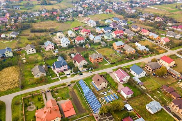 Luchtfoto van huisdaken in landelijke woonwijk.