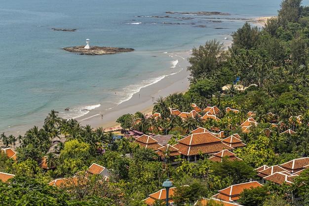 Luchtfoto van huizen dichtbij het strand