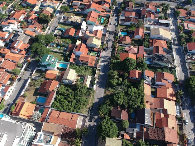 Luchtfoto van huizen in piratininga in niterãƒâƒi, rio de janeiro. zonnige dag. drone foto.