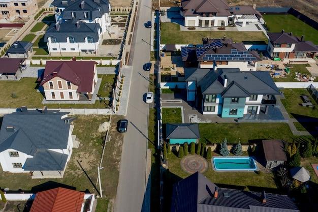 Luchtfoto van huizen op woonwijken in oekraïne, sommige met gebouw op dakpanelen