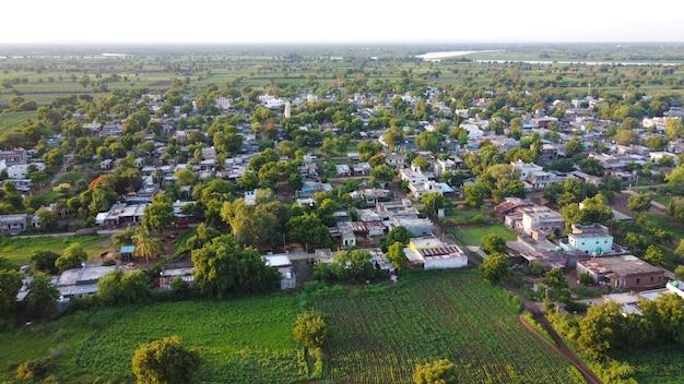 Luchtfoto van indiase landbouwgebieden en dorp