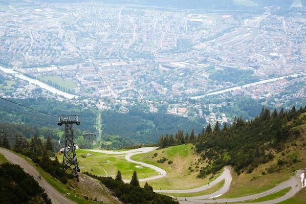 Luchtfoto van innsbruck vanaf de berg hafelekarspitze