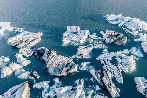 Luchtfoto van jokulsarlon gletsjer ijs lagune, ijsland