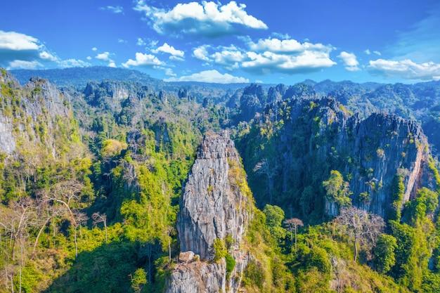 Luchtfoto van kalksteen berg en rijst veld in noen maprang district, phitsanulok, thailand