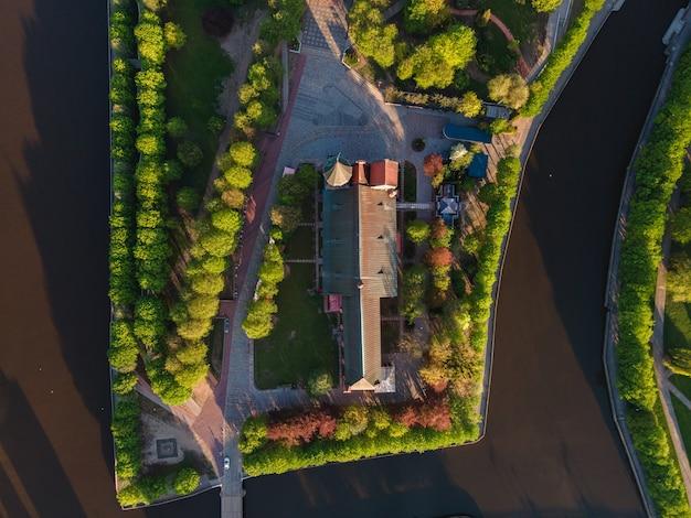 Luchtfoto van kant-eiland met kathedraal in kaliningrad, rusland bij zonsopgang