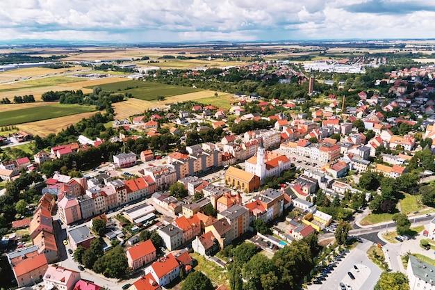 Luchtfoto van kleine europese stad met woongebouwen en straten
