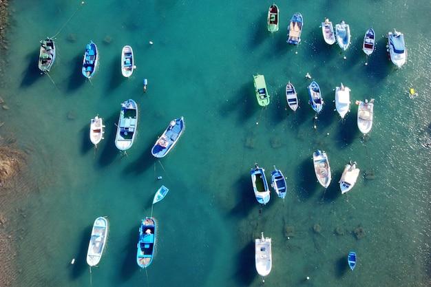 Luchtfoto van kleine kleurrijke vissersboten in tajao, tenerife, canarische eilanden.