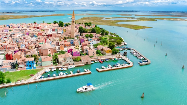 Luchtfoto van kleurrijke burano eiland in de venetiaanse lagune zee van bovenaf, italië