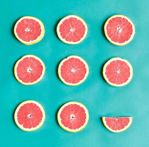 Luchtfoto van kleurrijke citrusschijfjes