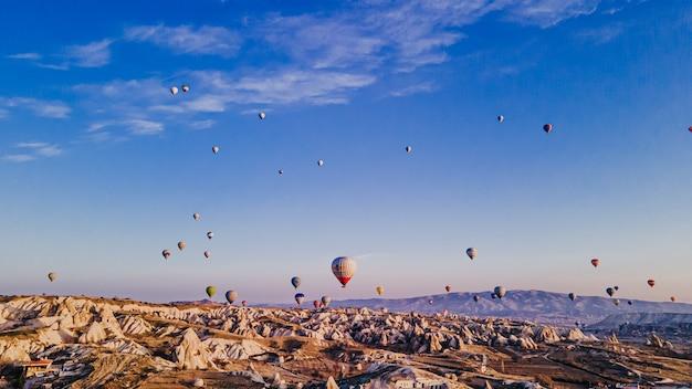 Luchtfoto van kleurrijke heteluchtballonnen in cappadocië, turkije. hoge kwaliteit foto