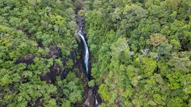 Luchtfoto van klong plu-waterval, koh chang-eiland
