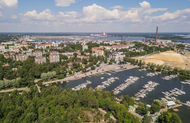 Luchtfoto van kotka, kleine stad in het zuiden van finland