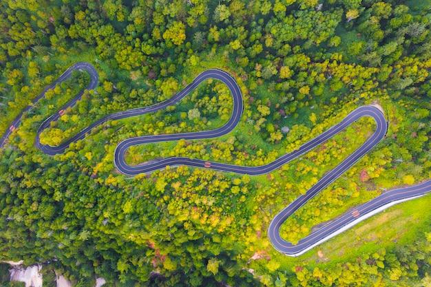 Luchtfoto van kronkelende weg op berg in de herfst