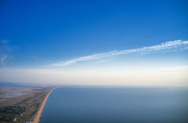 Luchtfoto van kust en zee