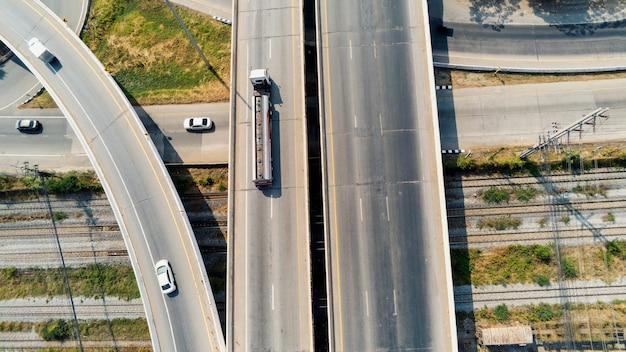 Luchtfoto van lading gas truck op snelweg weg met olietank, transport concept., import, export logistieke industriële vervoer over land op de snelweg asfalt